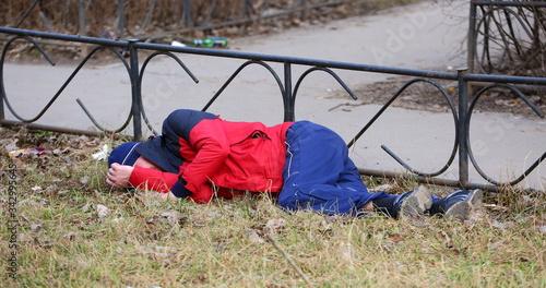 A drunken tramp in sportswear sleeps on the lawn, ulitsa podvoyskogo, Saint Pete Canvas-taulu