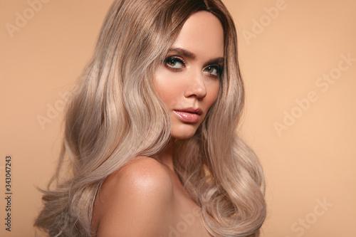 Fényképezés Ombre blond wavy hairstyle