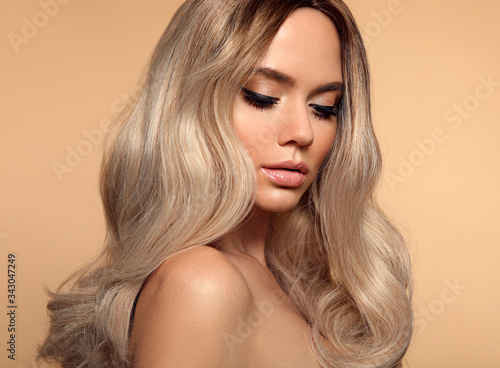 Ombre blond wavy hairstyle Tableau sur Toile