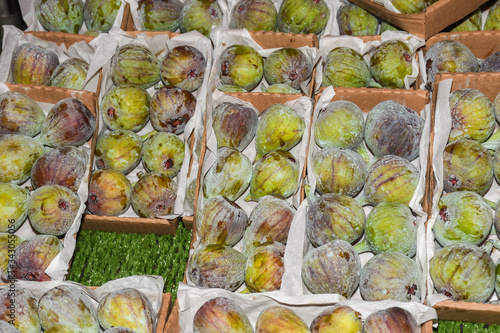 Ripened figs in boxes for sale at the farmers market Fototapet