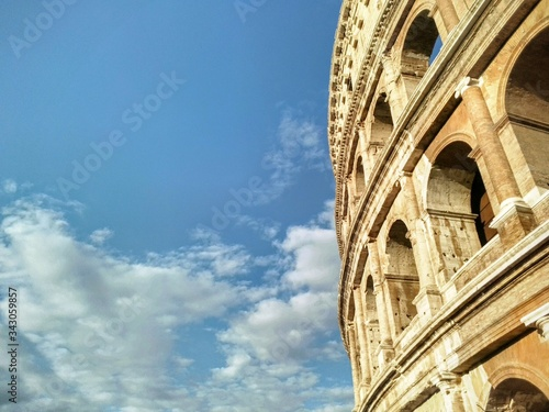 Photo Low Angle View Of The Coloseum Against Cloudy Sky