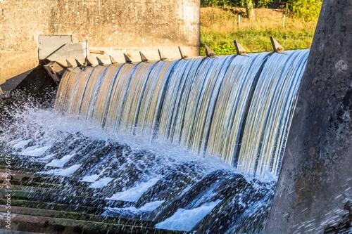 Photo chute d'eau, barrage usine hydroélectrique d'Ambialet, Tarn, France