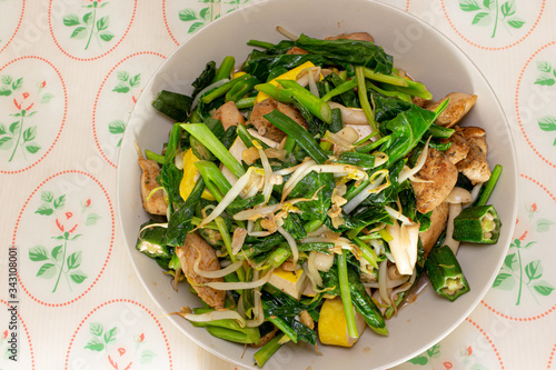 Photo Stir fry vegetables with chicken and tofu.