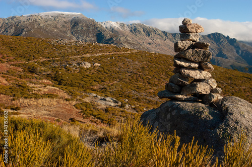 Fotografía Hito de piedras señalizando al paso del collado del Yelmo, en la vertiente sur del Parque Regional de la Sierra de Gredos