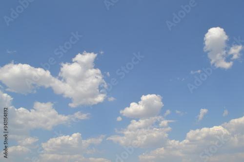 Fototapeta Cielo azul con nubes blancas en una tarde de sol obraz