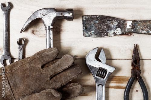 Herramientas de trabajo sobre fondo rústico de madera Wallpaper Mural