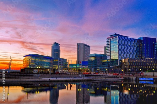 Fotografia Reflection Of Buildings On River At Salford Quays