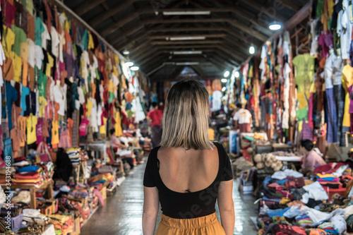 Fotografia Mujer joven en mercado asiatico