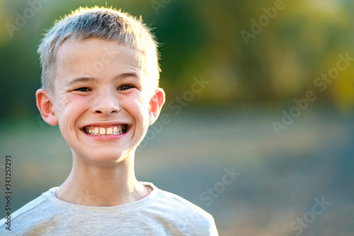 Foto Portrait of a child boy outdoors on a warm sunny summer day.