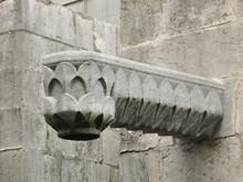 Gárgola Moderna En Una Pared De La Catedral De Gerona