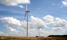 Une éolienne Vue De Bas Vers Le Haut Sous Un Ciel Bleu Avec Des Nuages