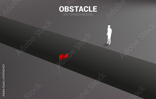 Photo silhouette of businessman standing at abyss looking to goal