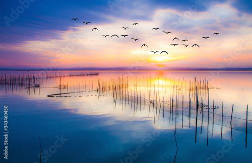 Photo amanecer de colores sobre el lago en calma