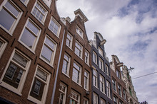 Tipiche Facciate A Capanna Di  Case In Città Lungo I Canali Di Amsterdam