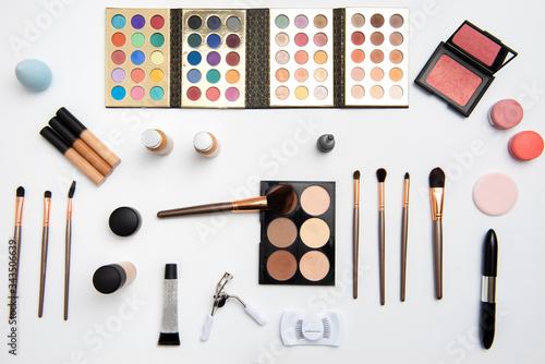 Fotografía Kit de maquillaje que incluye paleta de sombras, aplicadores o brochas, rubores,