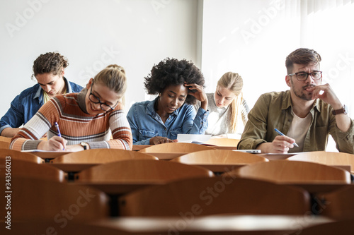 Group of university students taking a test in a classroom Fototapete