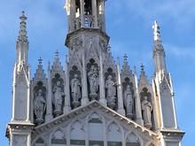 Statue Della Chiesa Del  Sacro Cuore Del Suffragio A Roma In Italia.