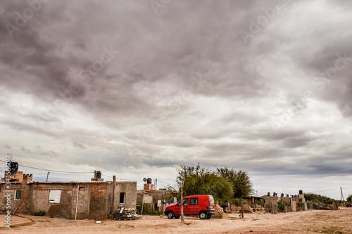 Auto rojo en un pueblo antiguo, Wallpaper Mural