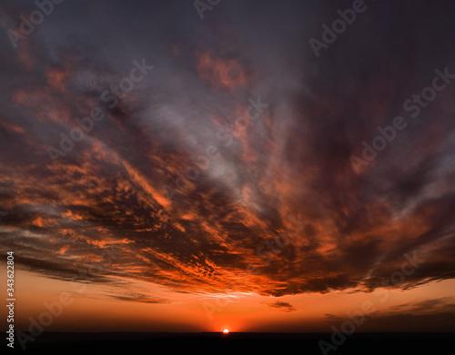 piękny krwisty zachód słońca nad polska, kolorowe chmury