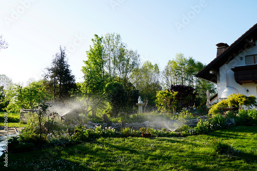 künstliche Bewässerung von Rasen und Blumenbeeten Canvas Print