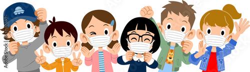 Obraz マスクをつけた元気な子どもたちの上半身  - fototapety do salonu