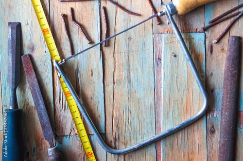 Herramientas viejas con oxido y desgaste real en fondo rustico, trabajo en casa Wallpaper Mural
