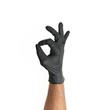 Męska dłoń w jednorazowej czarnej rękawiczce