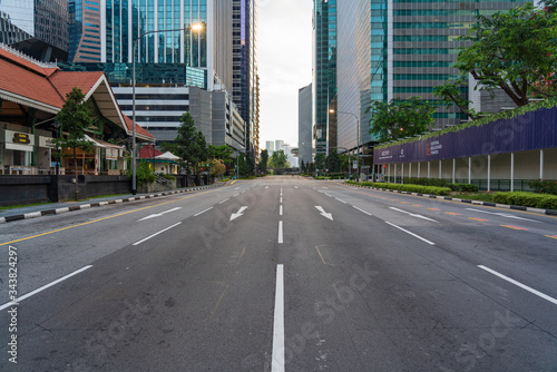 Photo Quiet Singapore street with less tourists and cars during the city lockdown calledCircuit Breaker