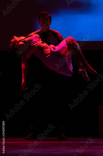 Canvas-taulu Dancers actors perform in the theater on stage in a dance show
