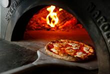 Pizza  Margherita Appena Tirata Fuori Dal Forno