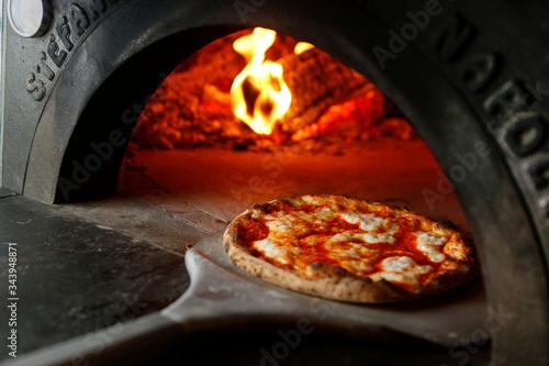 Fotografia pizza  margherita appena tirata fuori dal forno
