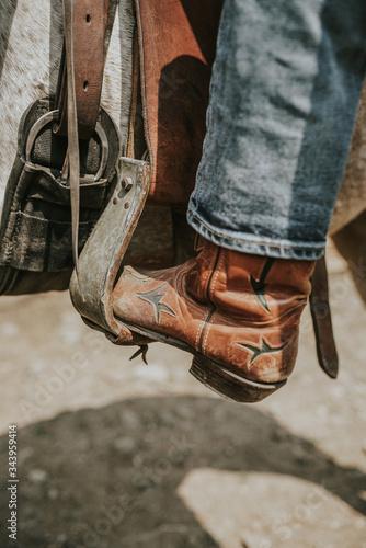 Valokuva cowboy boots and cowboy hat