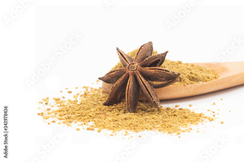 Photo Anise star seed and anise spice powder in wooden spoon isolated on white backgro