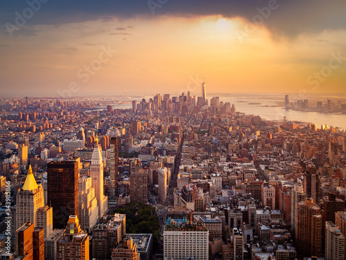 Fotomural New York City illuminated by the rising sun