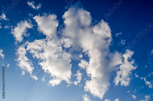 Photo An accumulation of white clouds on a bright blue sky coloring