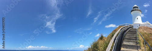 Tableau sur Toile Panoramic landscape view of Byron Bay lighthouse lookout