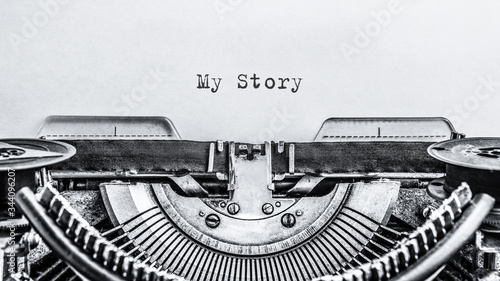 Fotografía My Story typed words on a vintage typewriter. Close up.