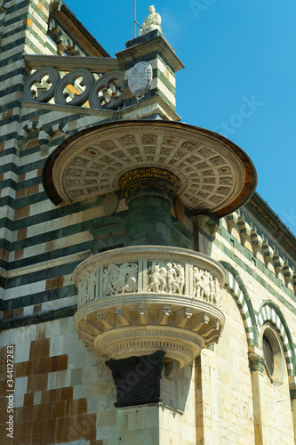 Платно View of the famous pulpit of Donatello on the front of the church S