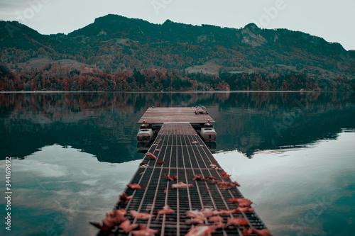 Photo ponton un calme matin au bord du lac de gruyère
