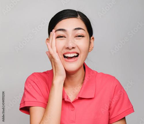 Fotografía young beautiful asian woman wore pink t shirt, Showed shy expression ,awestruck