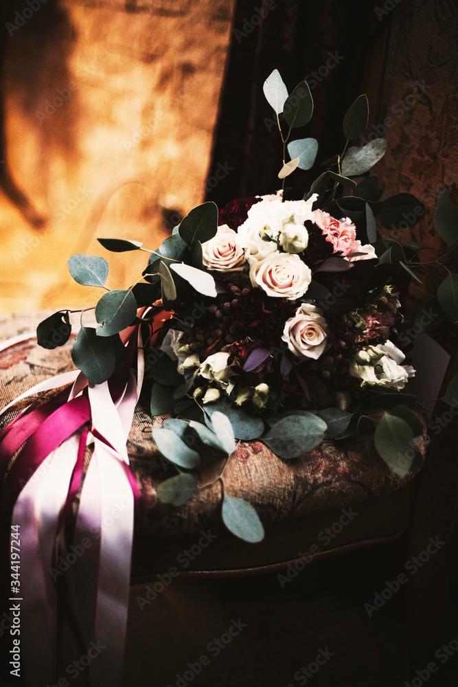 Fototapeta bukiet ślubny, kwiaty, celebracja, ślub, wesele, ciemne, klimat, bordowy, złoty, małżeństwo, burgund, brązowy, romantyczne, wydarzenie, kwitnący