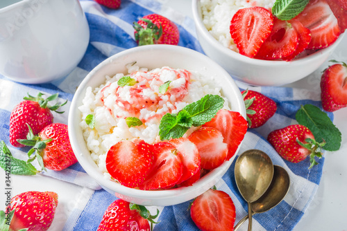 Photo Summer morning rice pudding or rice porridge with strawberry and berry syrup in