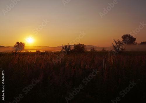 Fototapeta wschód słońca za miastem obraz