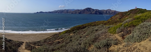 Obraz na plátně View of Baker Beach dunes, Golden Gate Park and Bridge during the autumn