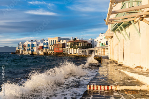 Photo Bright scenic view of the colorful waterfront
