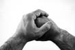 Mãos masculinas entrelaçadas preto e branco