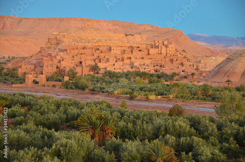 Obraz Warzazat  oświetlony promieniami wschodzącego Słońca - Poranek w Maroko - fototapety do salonu