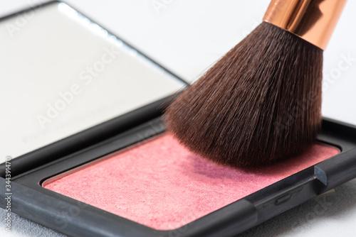 Photo Rubor con espejo y brocha para aplicar sobre un fondo blanco