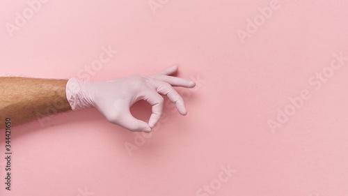 Fototapeta Gest dłoni w rękawiczce jednorazowej, ochrona przed wirusami. obraz