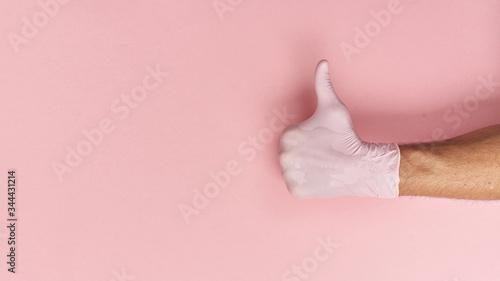 Obraz Gest dłoni w rękawiczce jednorazowej, ochrona przed wirusami. - fototapety do salonu
